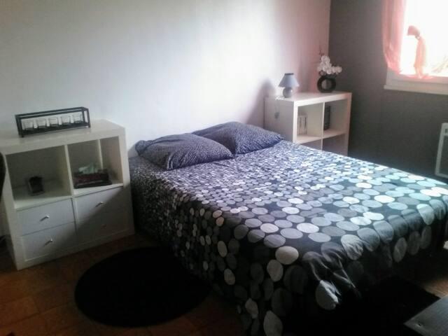 Chambre avec lit double dans pavillon