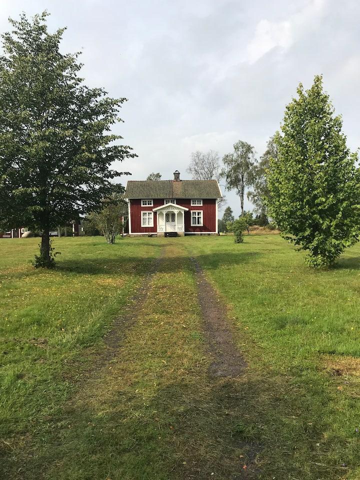 Charmigt rött torp i Småland, på landet.