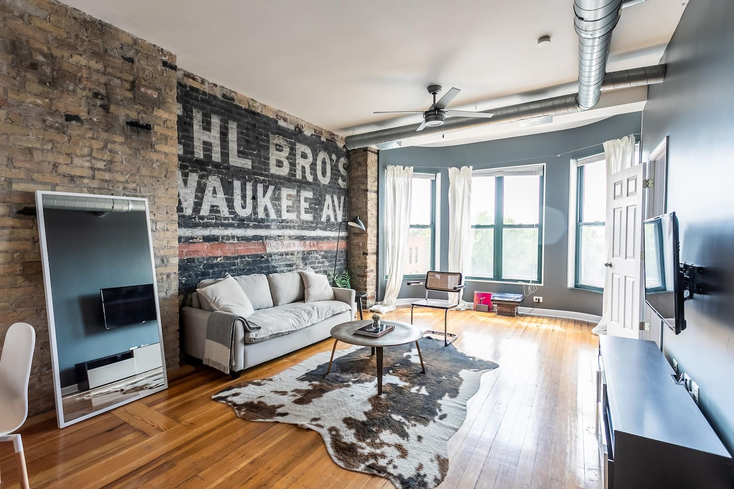 """The location is fantastic for exploring Wicker Park, as well as other Chicago attractions. Super walkable neighborhood with lots of great restaurants and coffee shops."""
