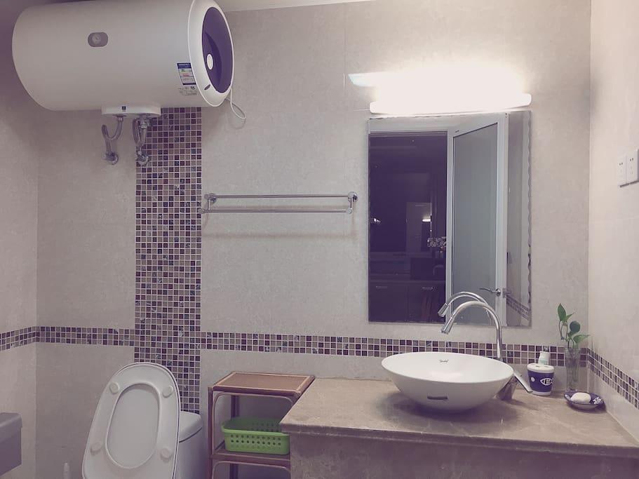 卫生间,有淋浴房。