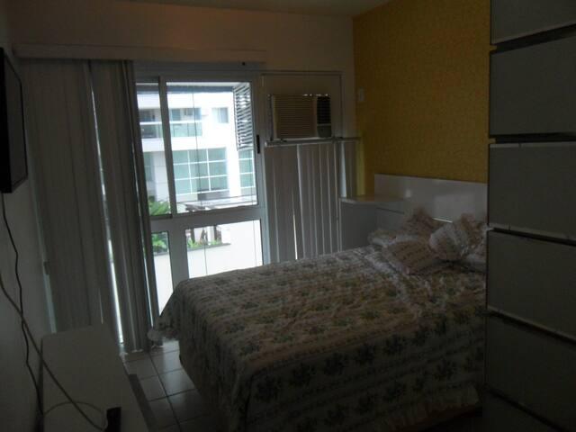 Suite com cama de casal, ar condicionado, tv e closet.
