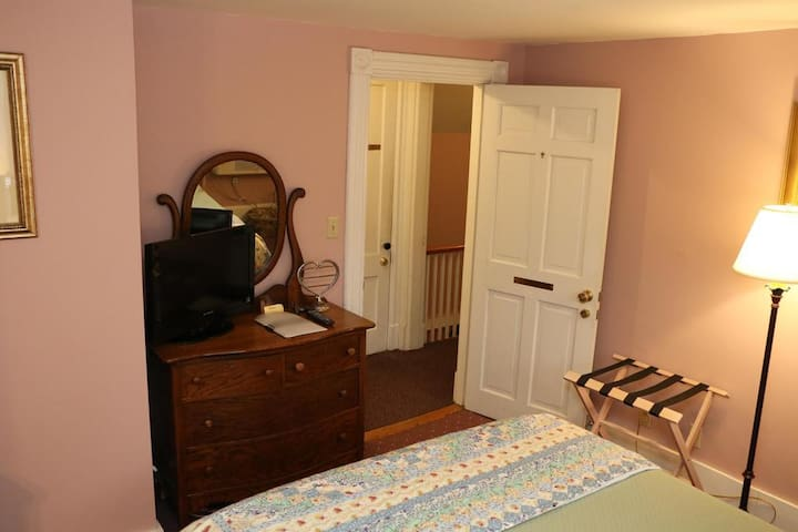 Historic Cornell Inn B&B · Small Queen room (Helen)