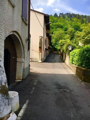 Via esterna alla casa