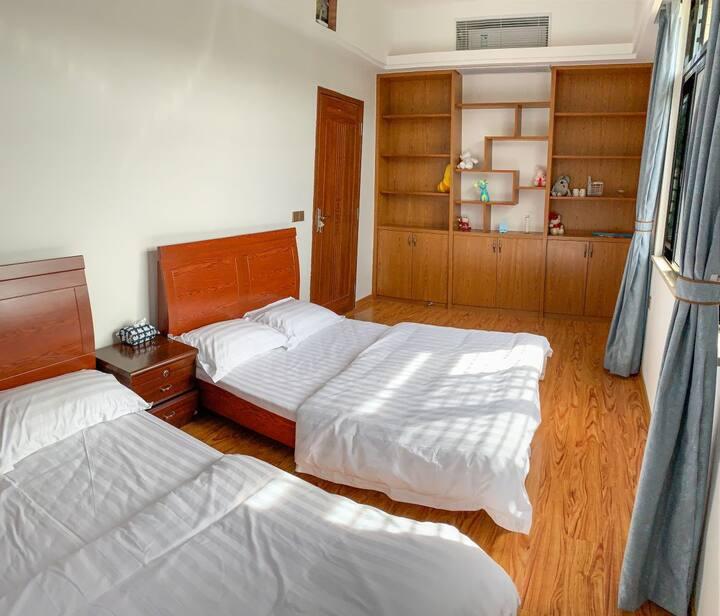 黄花山森林公园唯一看风车近山,天台活动的双人床房间