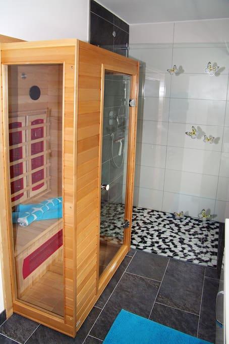 Badezimmer mit Infrarotkabine