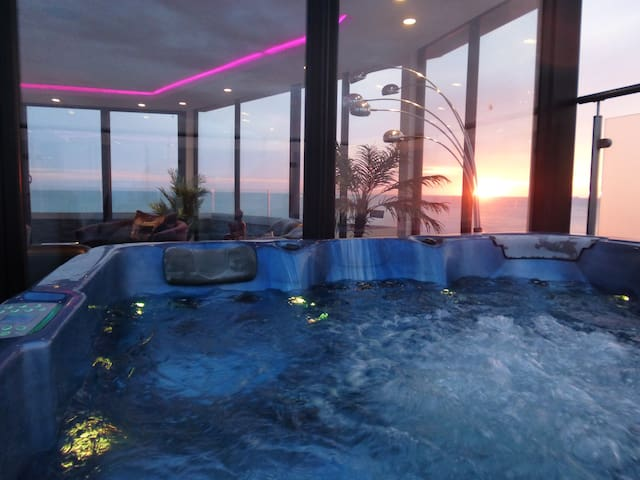 High End Seaside Beach House, Hot tub,CinemaRoom!!