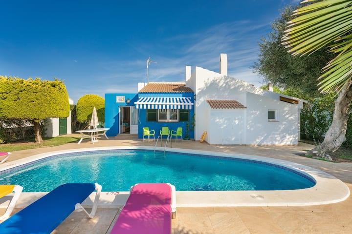 Villa Desi avec connexion Wi-Fi, jardin, piscine et terrasses ; parking dans la rue
