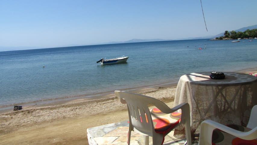 Paralia House Beachfront + Enjoy Sunsets + Great Location Lefokastro