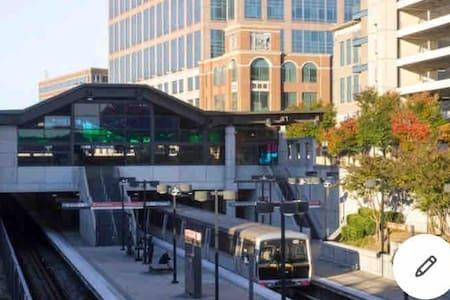Discover Atlanta from a luxury Condo in Buckhead