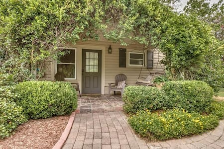 Charming Northport Guest Cottage