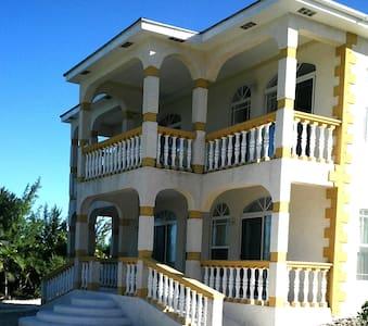 Whitby Paradise Beach Suites - Whitby - Casa de camp