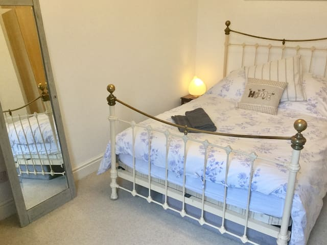 Beautiful room, walking distance to city centre.