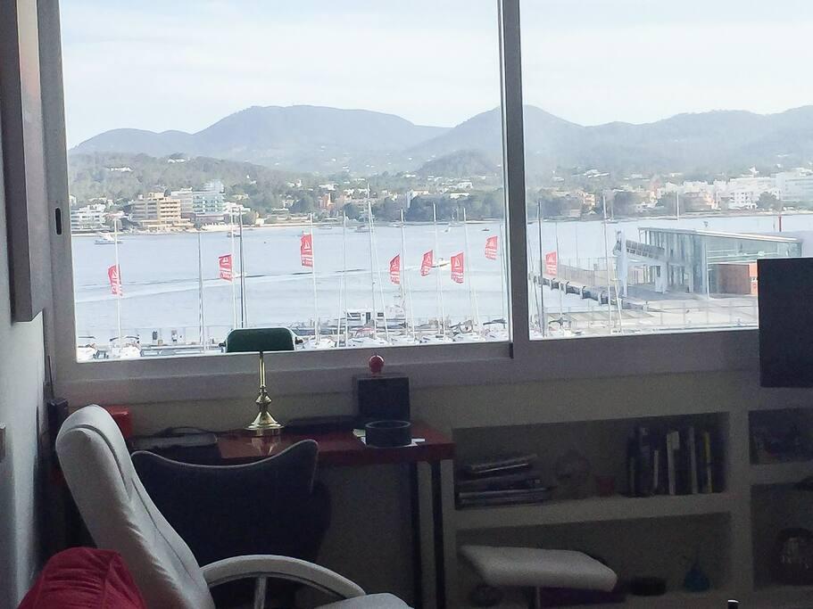 Escritorio y ventanal al mar.