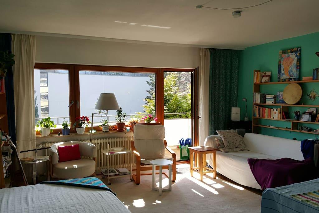 Ein großes Fenster, Sofa, das Bett ist 1.40 breit