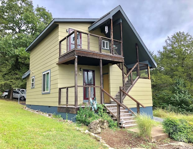 Woodsdale Architect's Loft, Marina, Golf, pool, 10 Min to Eureka Springs, Private & Updated