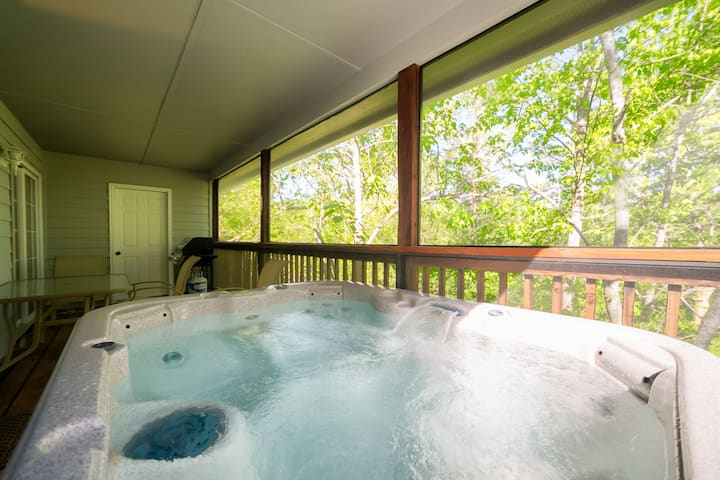 The Porch (B) - Super cozy & affordable duplex with hot tub in Innsbruck Golf Resort minutes away from downtown Helen