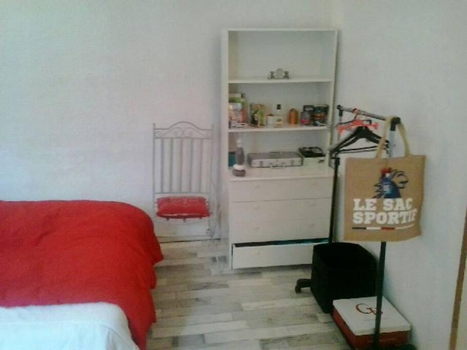 commode portant chaise décorée et table ronde non visible!