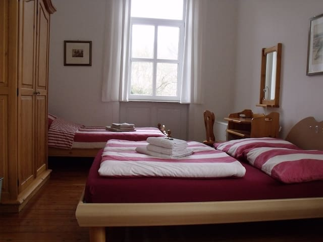 Schönes helles Zimmer mit Bad in altem Bahnhof - Lauterecken - Haus