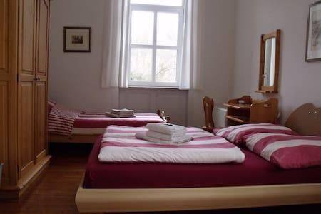 Ruhiges helles Zimmer mit Bad in altem Bahnhof - Lauterecken - Casa