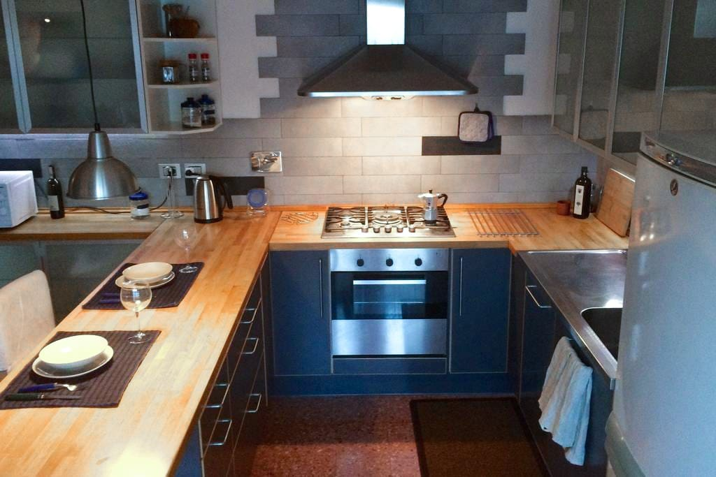 Comoda cucina professionale ben equipaggiata.  Kitchen spacious and well equipped