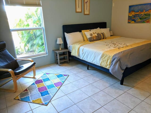 10 min walk to Siesta Beach from this guest suite
