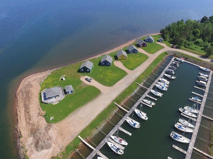 Sunrise Shore Marina & Cottages - Captain's Den