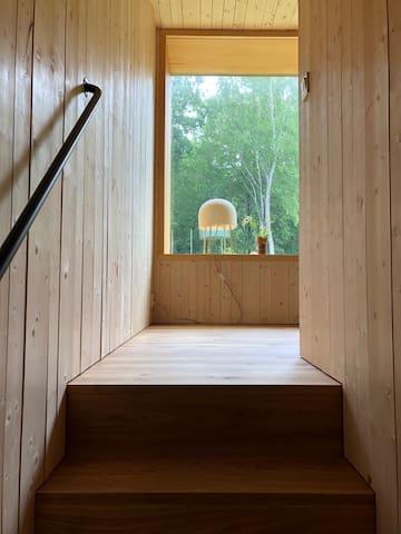Trappa upp till ett sovrummen med sitt djupa, sittvänliga fönster.