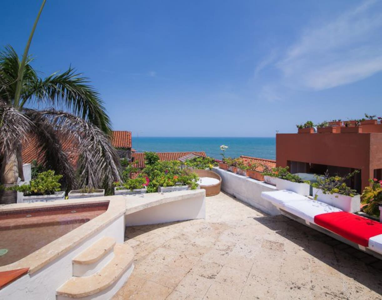 Soak in the jacuzzi while you behold an exclusive view of the Caribbean and a sneak peak of the surrounding houses´ rooftops.