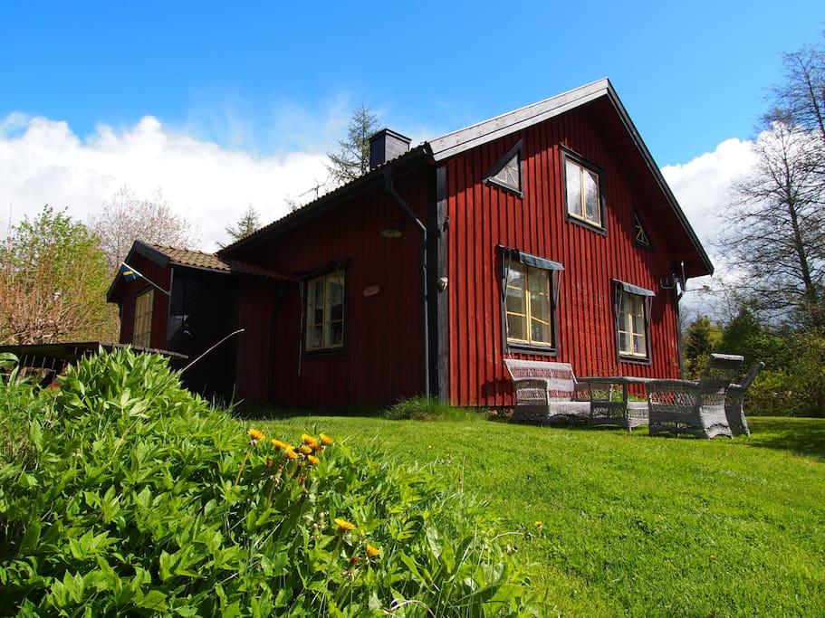 Haus mit Gartenmöbeln mit Blick auf den See