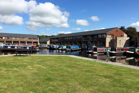 Tewitfield Marina, two bedroom luxury cottage - Carnforth  - House
