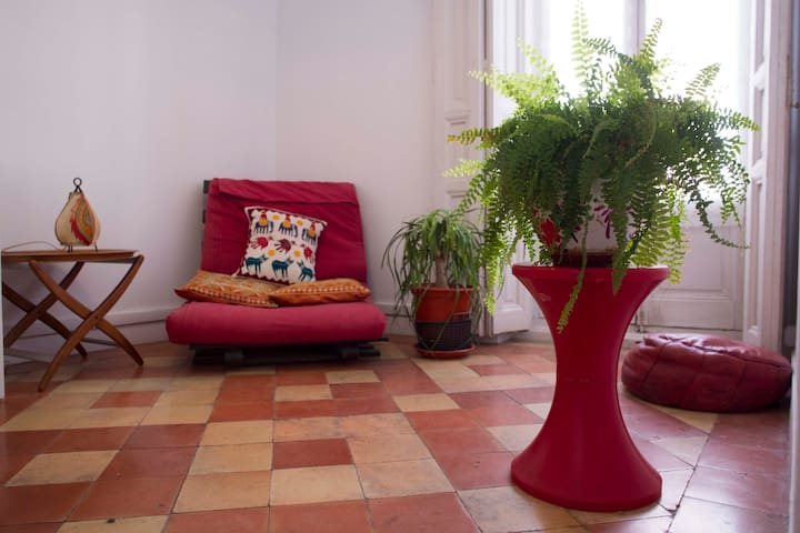 Bonita y luminosa habitación con su sala de estar.