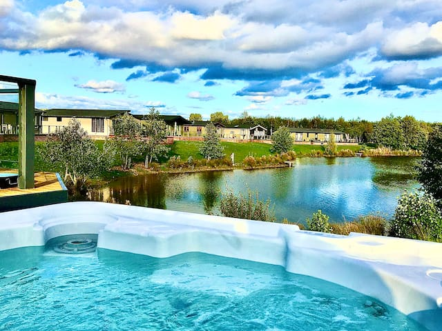 Lakeview Retreat Luxury 4* Lodge & private hot tub