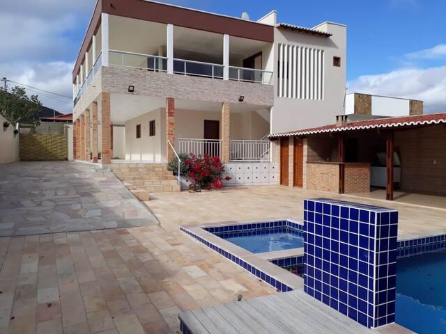 Casa grande com 1º andar e área de lazer