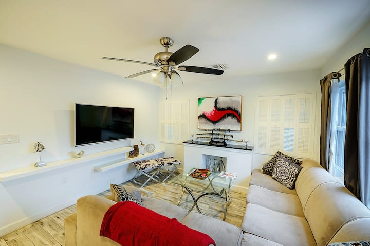 2/1  private house step to the beach & town center