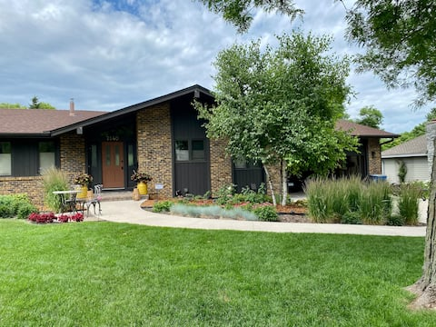 Decola Pond Retreat- 4BR close to Downtown Mpls