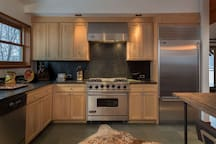 Gas range, stainless steel appliances, true chef`s kitchen