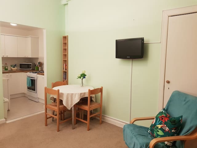Cosy Leith flat sleeps 4 with free parking