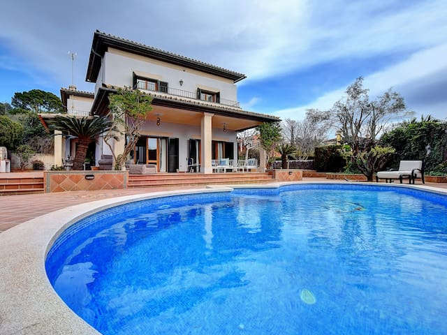 Exclusive Villa in Palma w/ pool next to Golf