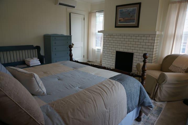 Private Room on East Main Street Ligonier - Room 7