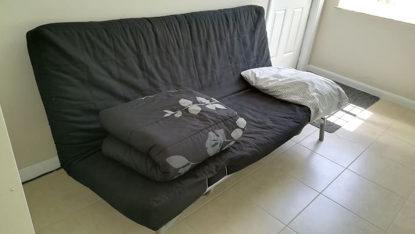 Cheap Futon 5 min from the MIA- O
