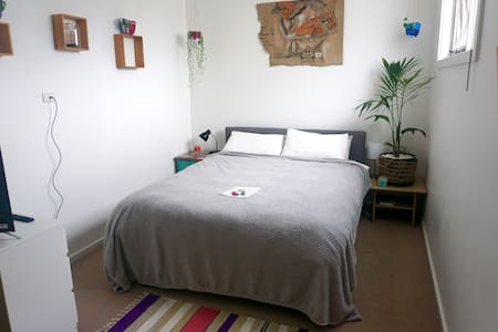 Sunny modern room 15mins from Tullamarine airport