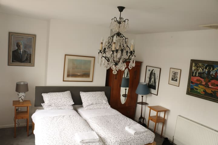 Big sunny twin room on glorious  Gloucester Road