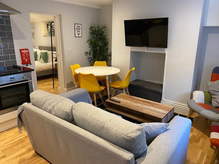 ★Stylish Luxe 1 Bedroom Basement Apt Cowley★