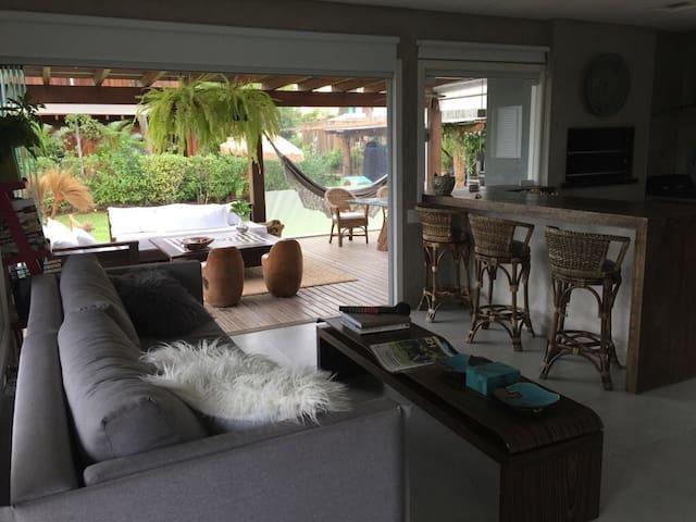 Espaço da sala ligada a cozinha e deck