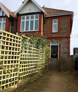 Spacious family home in quiet village near Bristol - Pill - Talo