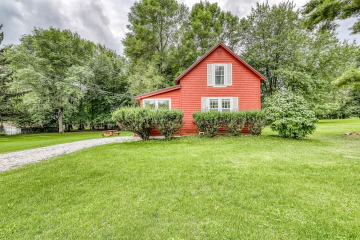 Lakeside hideaway w/ private yard and screened-in porch, 400 ft to the water!