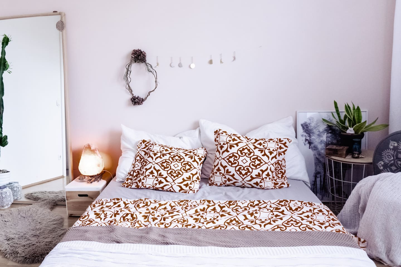 Schlafzimmer  - Bett besteht aus Lattenrost, Rosskastanienmatte und Matratze - kein Bettgestell  - 140x200m