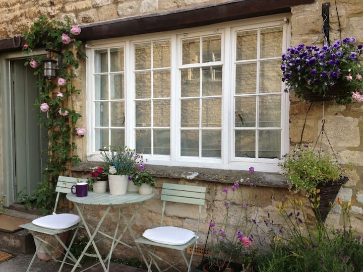 Pretty s/contained en suite room  Burford Cottage