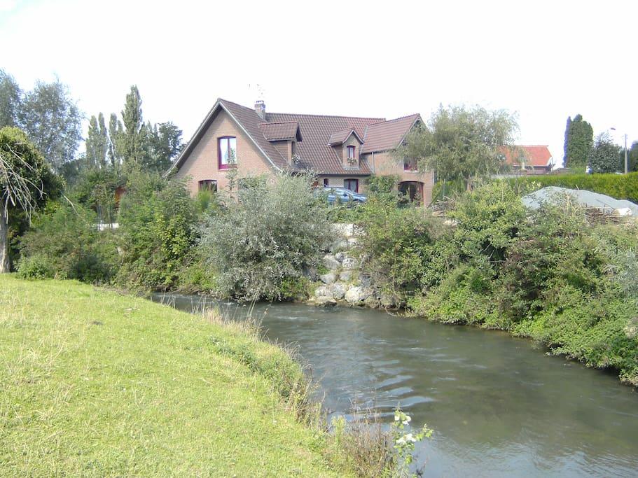 Le jardin est longé par une rivière courante agréable et apaisante.
