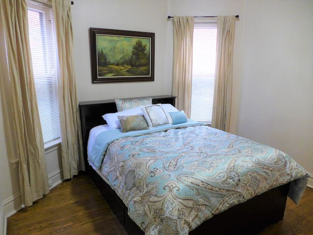 Queen bed, shared use apartment, easy city access